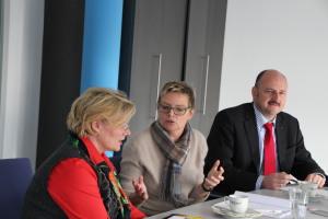 AWO-Bereichsleiterin Senioren Ulrike Hahn (links) im Austausch mit Sabine Dittmar (Mitte) und Bernd Rützel (rechts)